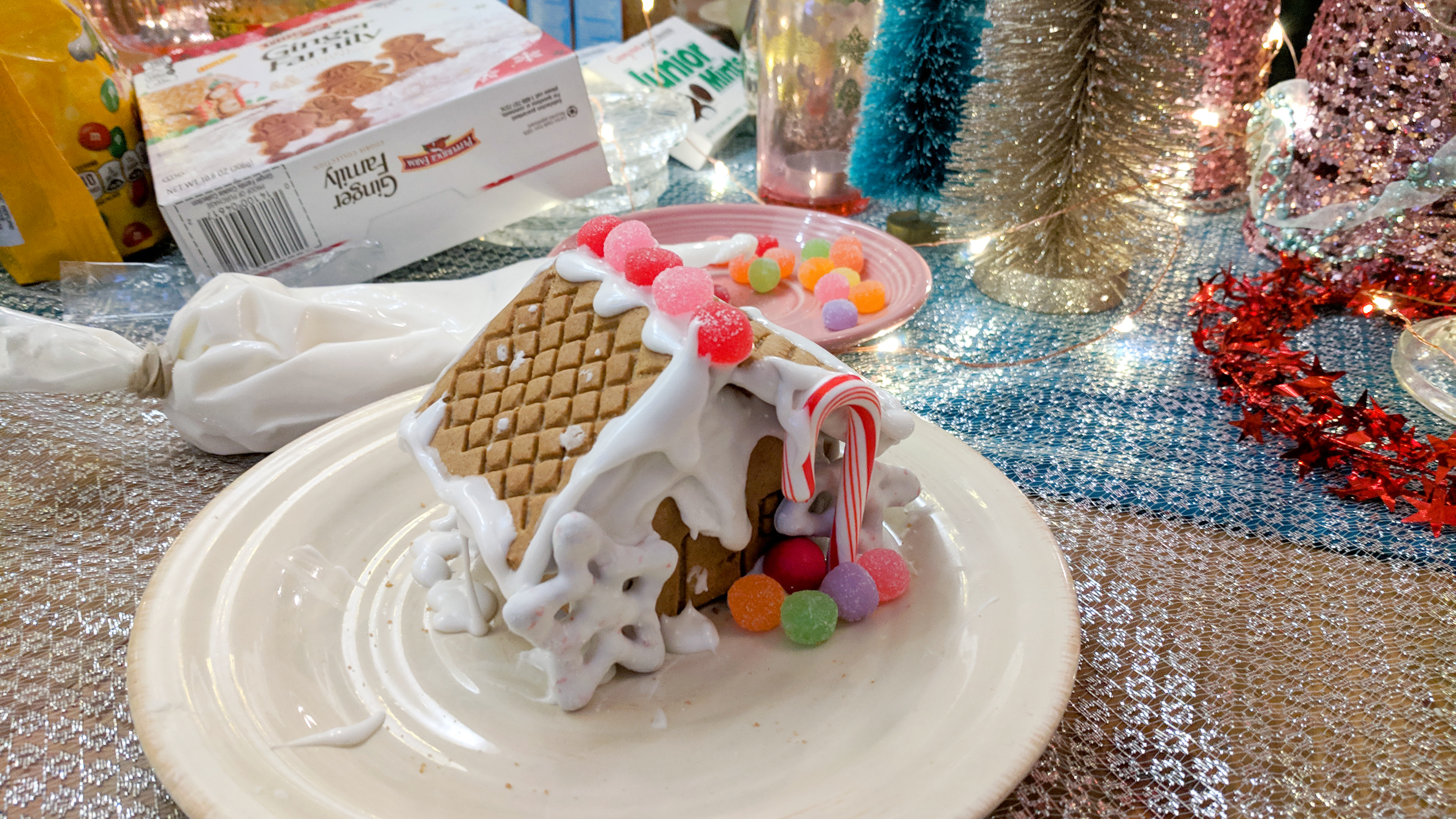 gingerbread house making party diy christmas ideas - Hey Mishka (16)
