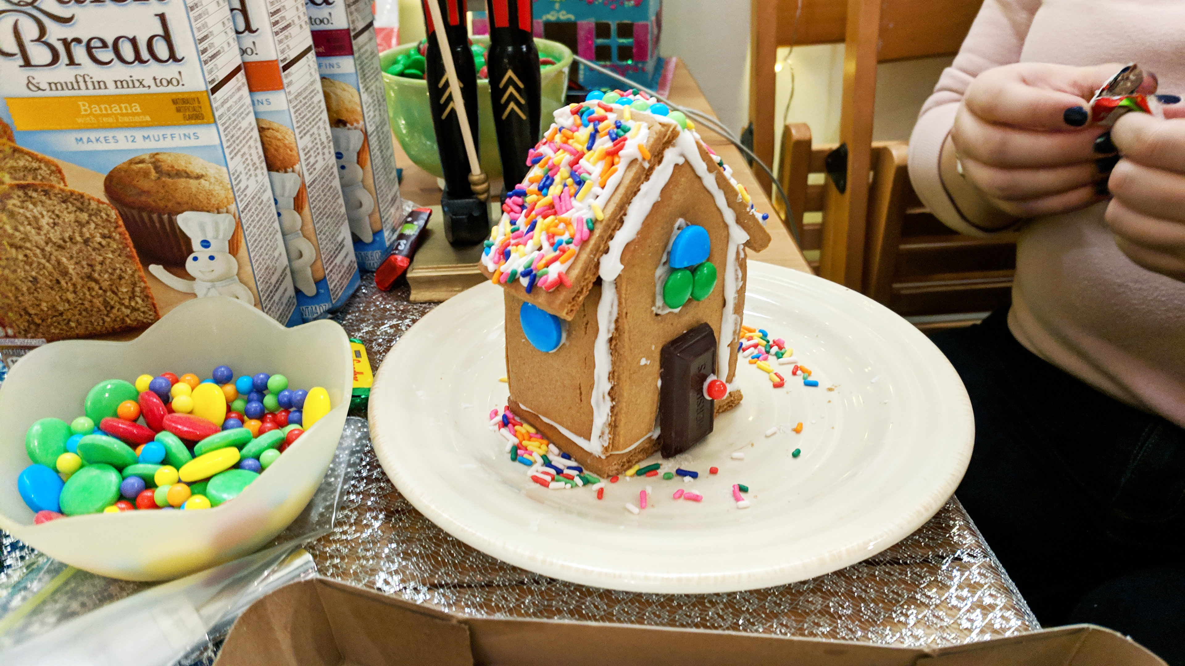 gingerbread house making party diy christmas ideas - Hey Mishka (20)