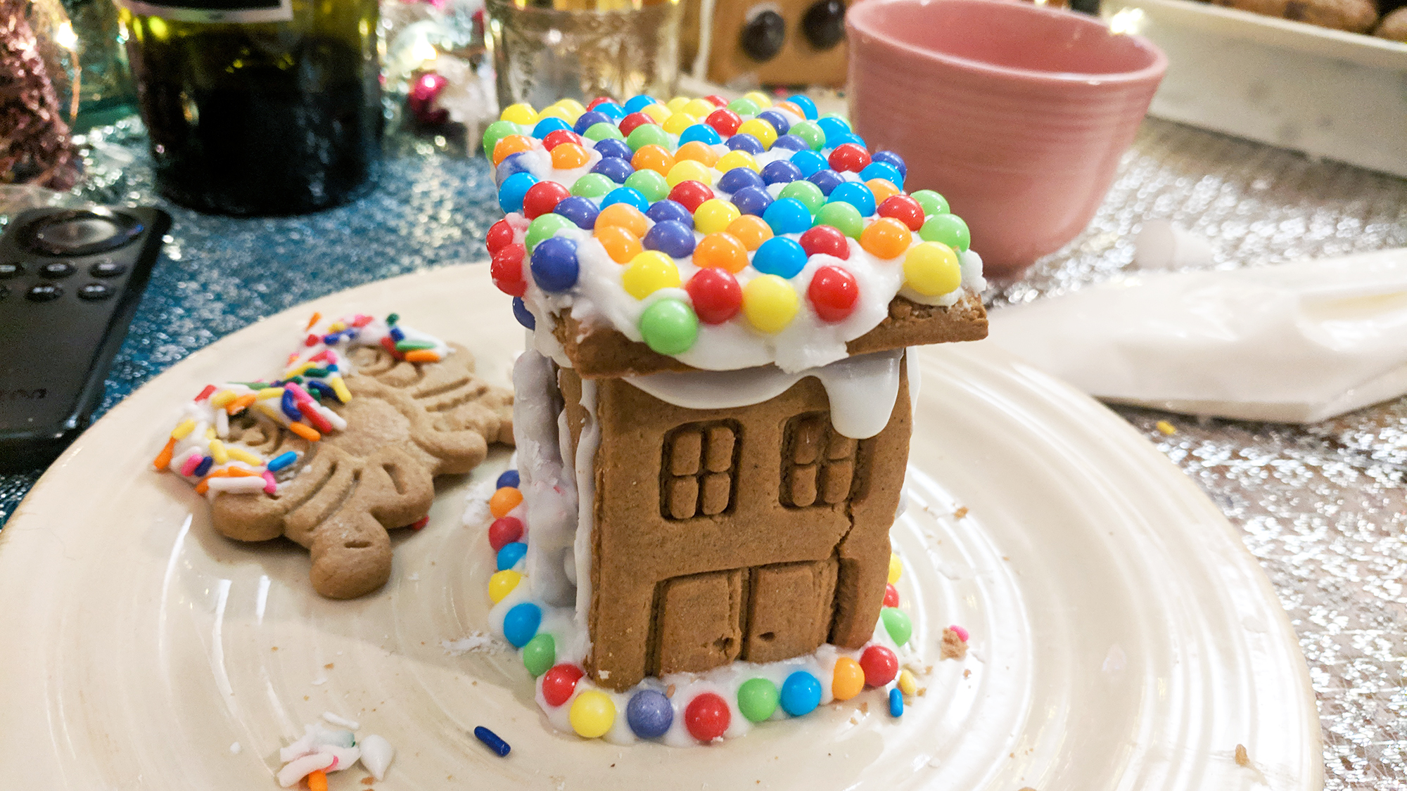 gingerbread house making party diy christmas ideas - Hey Mishka (28)