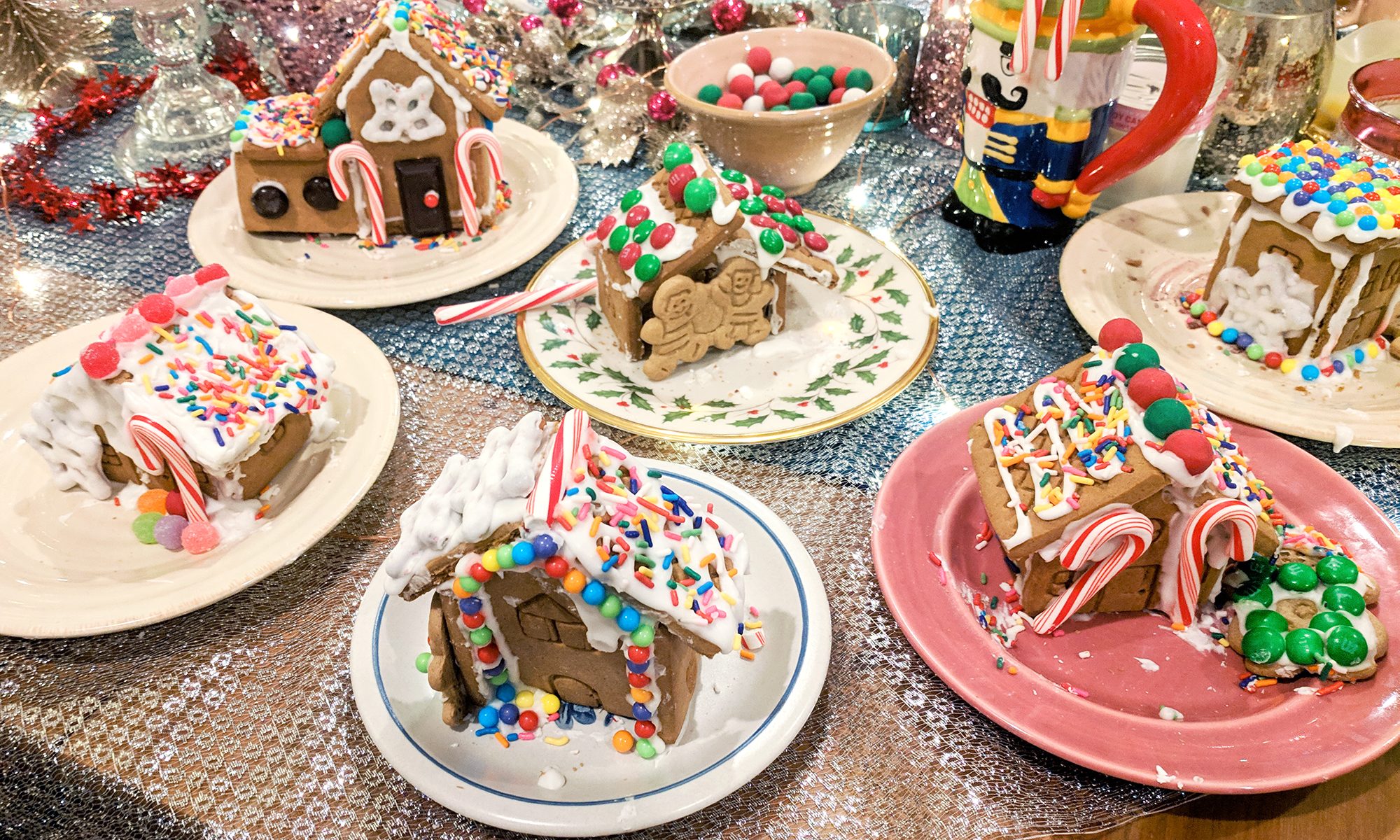 gingerbread house making party diy christmas ideas - Hey Mishka (30)