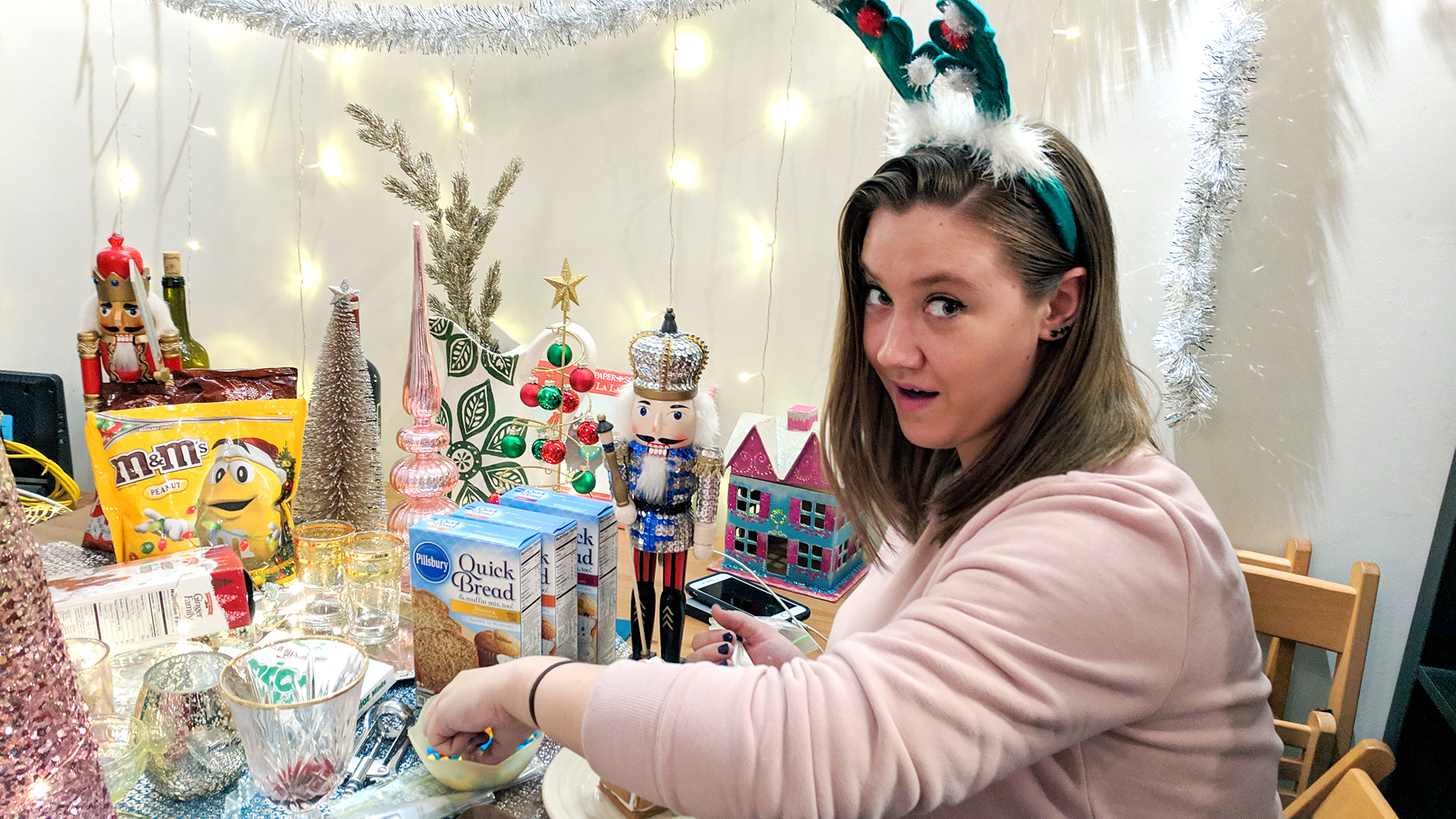 gingerbread house making party diy christmas ideas - Hey Mishka (8)